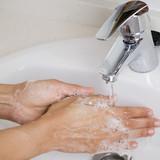 Fototapety Hände mit Seife waschen