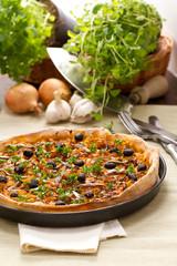 Pizza mit Zwiebeln, Oliven und Sardellen