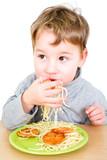 Kleinkind isst Spaghetti mit Fingern