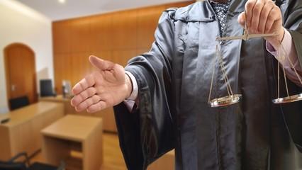 Rechtsanwalt mit Waage im Gerichtssaal