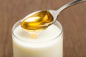 Honigmilch vor braunem Hintergrund