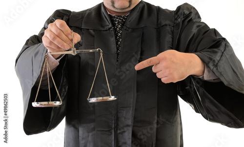Rechtsanwalt in Robe zeigt