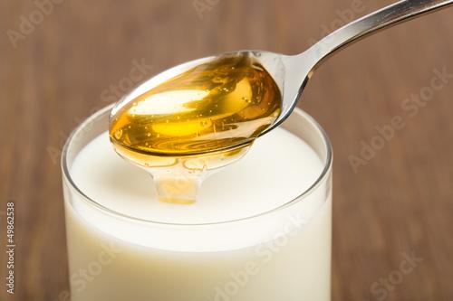 Honigmilch vor braunem Hintergrund - 49862538