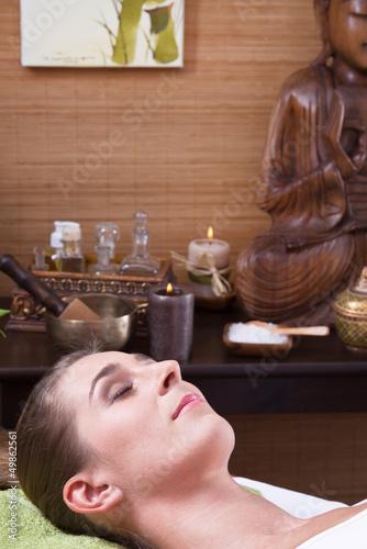 Frau im Spa - asiatische Dekoration