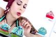 Junge Frau mit Cupcake staunt