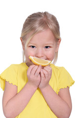 kleines Mädchen mit Zitrone