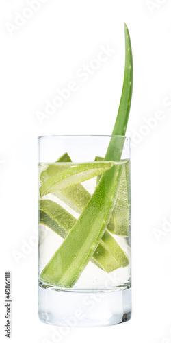 Aloe vera in einem Glas mit frischem Wasser