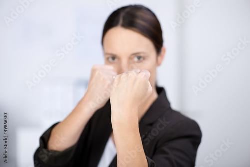 geschäftsfrau ballt die fäuste