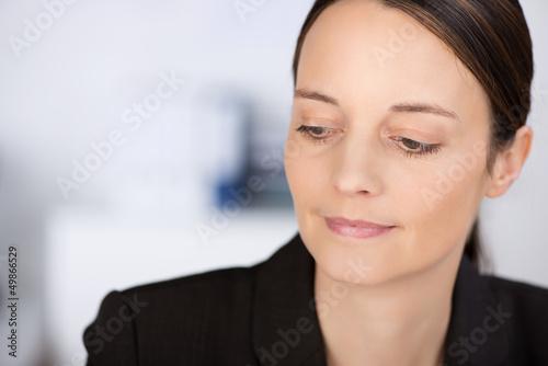 lächelnde geschäftsfrau denkt an etwas