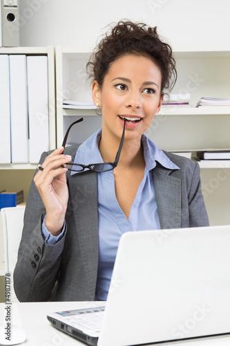 Schöne Frau - nachdenklich im Büro