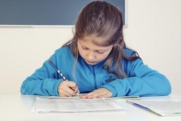 Schülerin beim schreiben
