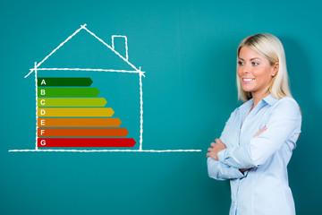 frau präsentiert energiesparhaus