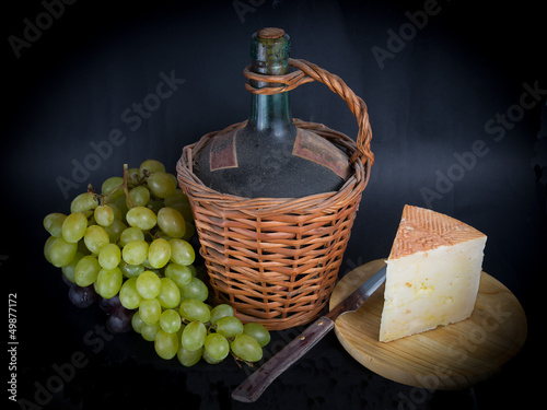 Garrafa de Vino, Queso y Uvas/Decanter of Wine Cheese and Grapes