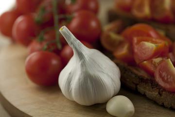 Tagliere con aglio, bruschetta e pomodori