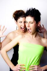 Zwei Frauen schneiden Grimassen