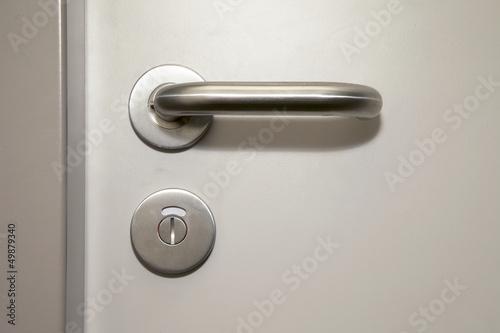 Türgriff an einer Badezimmertür mit Schlüsselloch