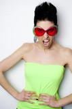 Frau mit Sonnenbrille schreit