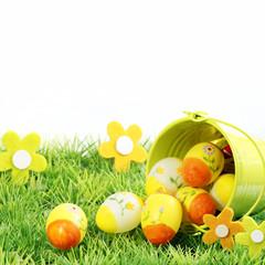Ostereier im Gras mit Eimer