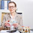 Bankkauffrau zählt Geld am Schreibtisch