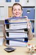 Frau im Büro mit vielen Aktenordnern