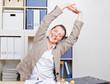 Frau mit Rückenschmerzen macht Dehnübungen