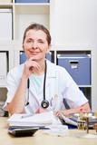 Portrait einer Ärztin im Büro
