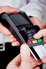EC KartenZahlung im Restaurant mit Frau und Mann