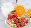 Guten Morgen: Frühstücken mit Obst und Müsli