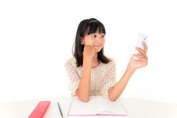 スマートフォンを持ち微笑む女の子