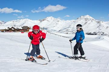 Jeunes skieurs dans les Alpes
