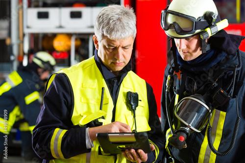 Feuerwehr - Einsatzplanung am Tablet-Computer - 49898909