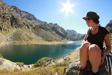 femme lac montagne