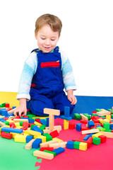 Kleiner Junge spielt mit Bauklötzen