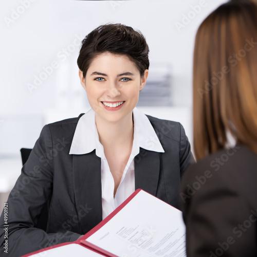 lächelnde frau im bewerbungsgespräch