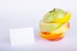 Apfel Zitrone Orange gemischt aufgestapelt mit Hinweisschild
