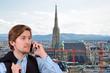 junger mann beim telefonieren