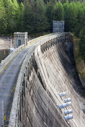 In de dag Dam Loch Laggan dam, Highlands, Scotland
