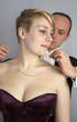 Mann legt Frau eine Kette um