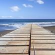 ponton sur plage de sable noir, île de la Réunion