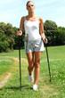 Frau beim Walken