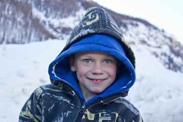 Découverte de la neige : jeune garçon (6-8 ans)