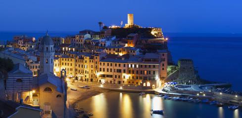 Vista nocturna de Vernazza (Cinque Terre,Italia)