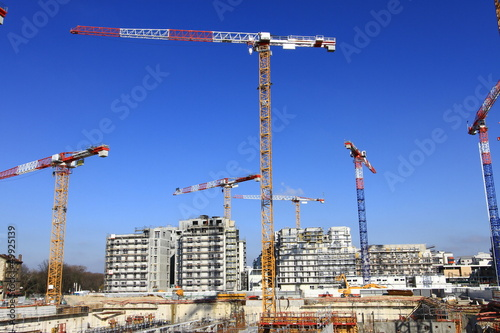 Grues sur chantier de construction