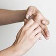 Haut an Fingernägeln abschneiden
