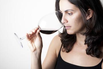 Frau riecht am Rotwein