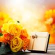Rosen und Geschenkbox vor Gartenhintergrund