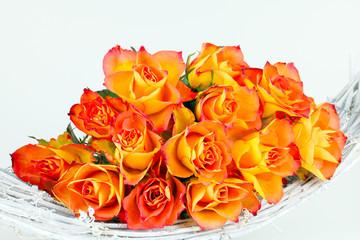 Rosen auf Rattanschale