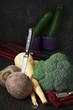 Arrangement von Wintergemüse mit Küchenmesser