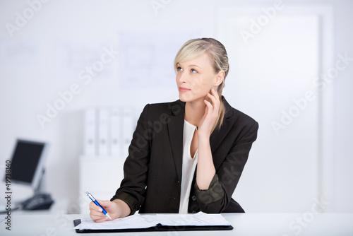nachdenkliche geschäftsfrau am arbeitsplatz