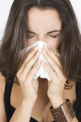 Frau putzt sich die Nase mit dem Taschentuch
